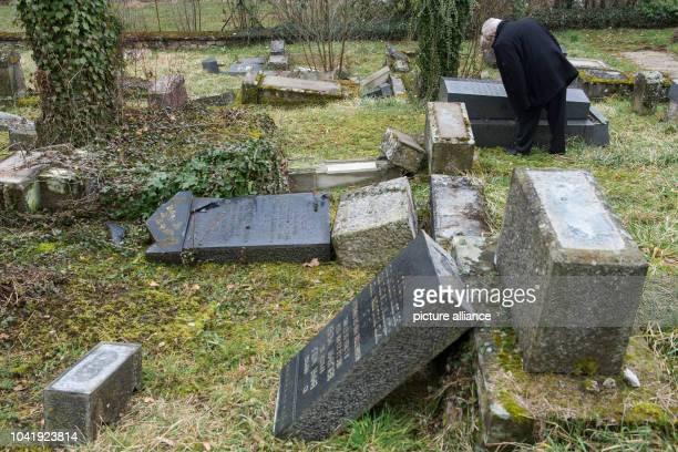 Nach der Gedenkfeier am dürfen Menschen darunter viele Angehörige der dort Bestatteten den jüdischen Friedhof in SarreUnion wieder betreten der zwei...