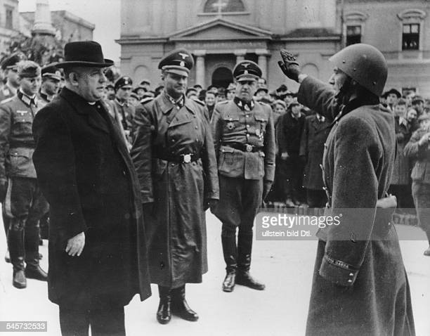 Nach der Niederwerfung des Aufstandesin der mittleren Slowakei Paradedeutscher und slowakischer Truppen inBanska Bystrica Staatspräsident Dr...