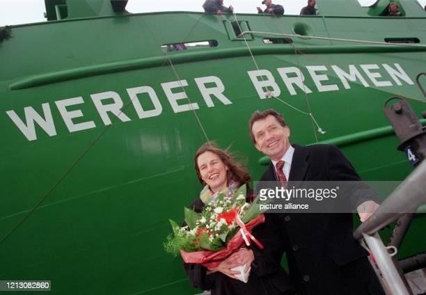"""Nach der Taufe auf den Namen """"Werder Bremen"""" stehen am Taufpatin Heide Lemke, Ehefrau von Ex-Werder-Manager Willi Lemke, und Werftchef Hinrich Sietas..."""