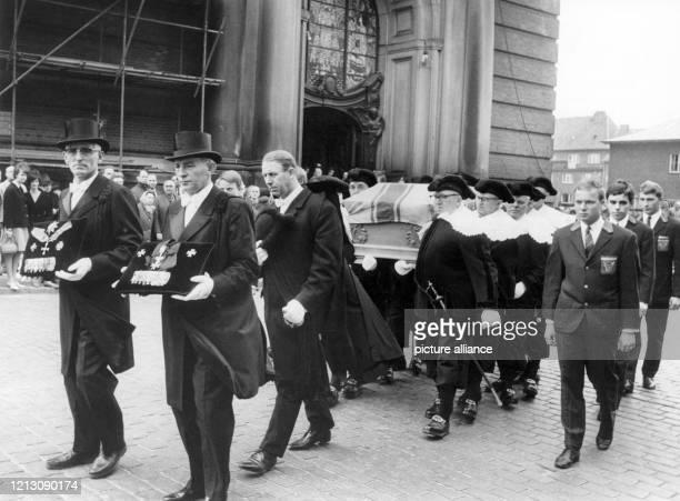 Nach der Trauerfeier für den Großmeister des Souveränen Templerordens Felix Graf von Luckner am 28 April 1966 in Hamburger wird der Sarg aus der St...
