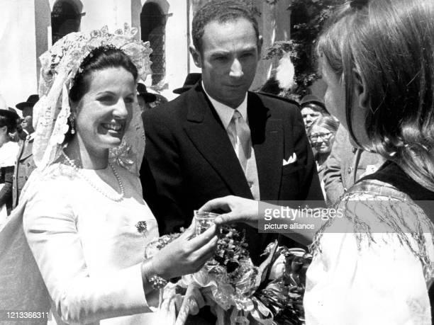 Nach der Trauung wird dem Brautpaar, Prinz Max Emanuel von Thurn und Taxis und Gräfin Anna Marie von Pocci, am vor der St. Coloman-Kirche bei...