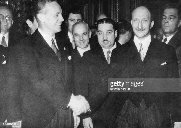 Nach der Unterzeichnung der Dokumente imUhrensaal des Quai d'OrsayReichsaussenminister Joachim v Ribbentropund sein Amtskollege GeorgesBonnet...