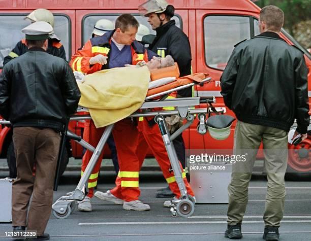 Nach einer gewaltigen Gasexplosion in einem Bremer Senioren Wohnhaus der Heilsarmee wird am eine Verletzte auf einer Trage von einem Notarzt versorgt...
