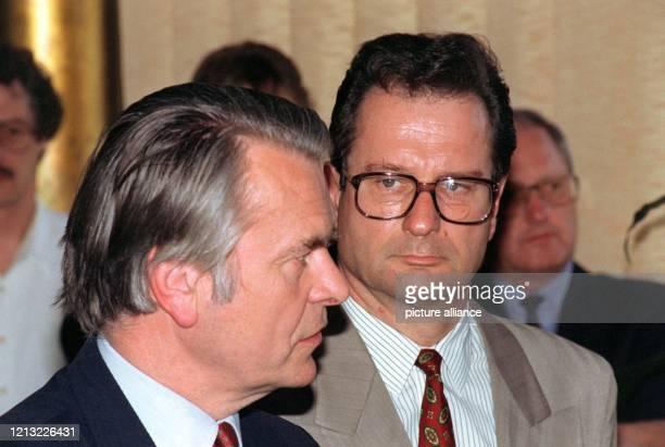 Nach einer Unterredung am 26. April 1993 in Bonn geben Bundesaußenminister Klaus Kinkel und der EG-Unterhändler im Bosnien-Konflikt, Lord David Owen,...