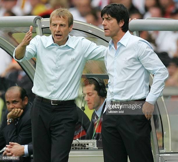 FIFA WM 2006 Viertelfinale Deutschland Argentinien 53 nach Elfmeterschiessen Berlin Cheftrainer Jürgen Klinsmann und Assistenztrainer Joachim Löw im...