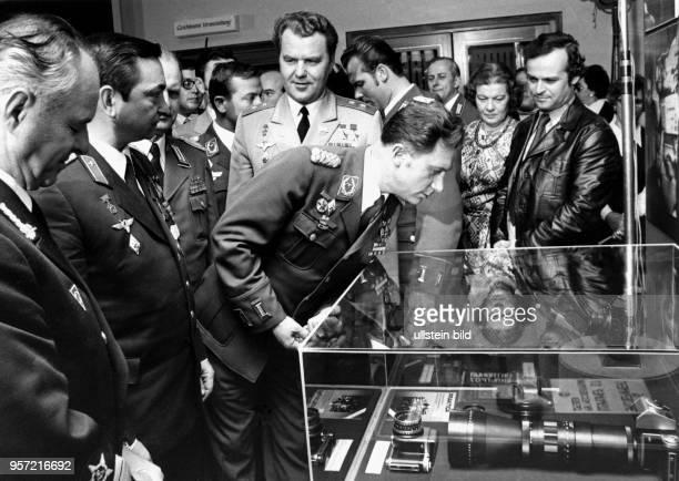 Nach ihrem Weltraumflug besuchen der DDRKosmonaut Sigmund Jähn der erste Deutsche im Weltall und der sowjetische Kosmonaut Waleri Bykowski im...