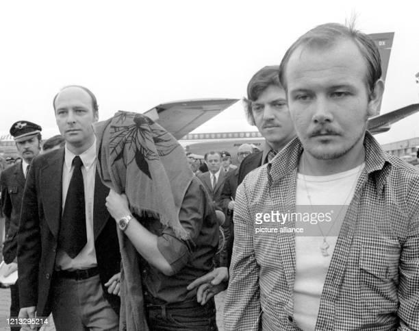 Nach ihrer Auslieferung aus Mexiko trefen am die beiden mutmaßlichen Millionenräuber G Linden und Ludwig Lugmeier in Begleitung von zwei Kripobamten...