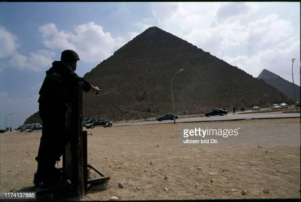 Polizist vor Pyramide