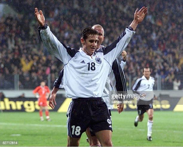 QUALIFIKATION 2001 in Leverkusen DEUTSCHLAND ALBANIEN 21 JUBEL nach seinem TOR zum 21 Miroslav KLOSE/GER hinten Carsten JANCKER