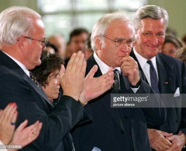 Nach seiner Dankesrede nimmt Schriftsteller Martin Walser Friedenspreisträger des Deutschen Buchhandels 1998 den Applaus von Bundespräsident Herzog...