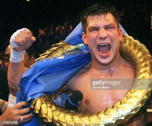 Nach seiner Titelverteidigung am 19.9.1998 in Oberhausen schreit der WBO-Boxweltmeister im Halbschwergewicht, Dariusz Michalczewski,seine Freude...