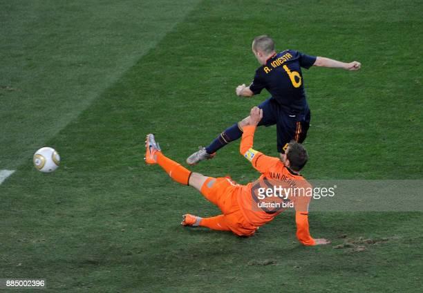 Nach Verlaengerung - Spaniens Andres Iniesta schiesst das entscheidende Tor vorbei an Hollands Kapitaen Rafael van der Vaart -
