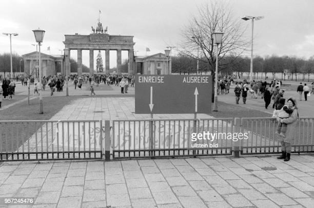 Nachdem am 22. Dezember 1989 der Grenzübergang am Brandenburger Tor geöffnet wurde, kann das Berliner Wahrzeichen auch wieder von beiden Seiten aus...