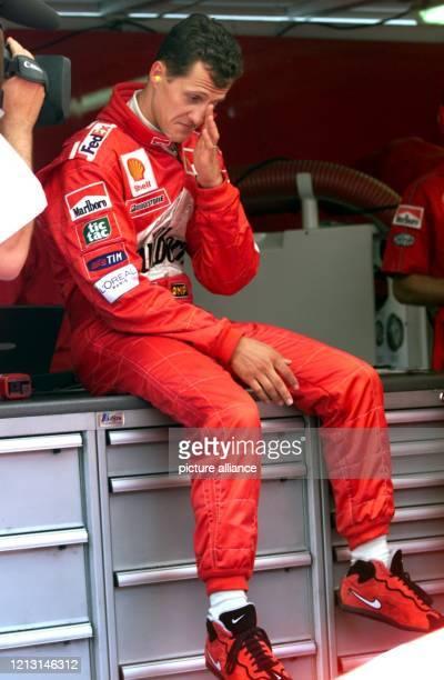 Nachdenklich faßt sich der deutsche Formel1Pilot Michael Schumacher am 1551999 unmittelbar nach dem Ende des Qualifikationstrainings zum Grand Prix...