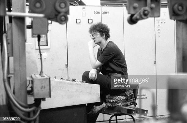 Nachdenklich sitzt Schichtleiterin Christine Lüttig vor dem Bedienelement einer Maschine in der Felgenschleiferei des zum MansfeldKombinat gehörenden...