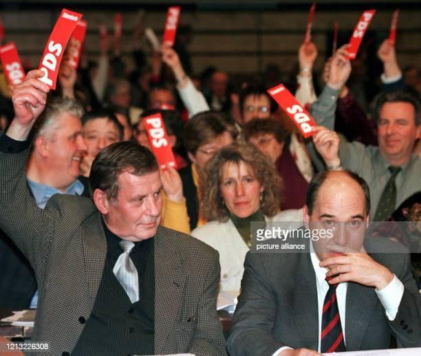 Nachdenklich zögert der Chef der PDS-Bundestagsgruppe, Gregor Gysi, am 4.4.1998, während die Delegierten um den Bundesvorsitzenden der Partei, Lothar...