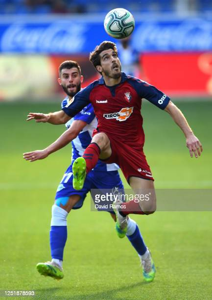 Nacho Vidal of CA Osasuna controls the ball as he is watched by Luis Rioja of Deportivo during the Liga match between Deportivo Alaves and CA Osasuna...
