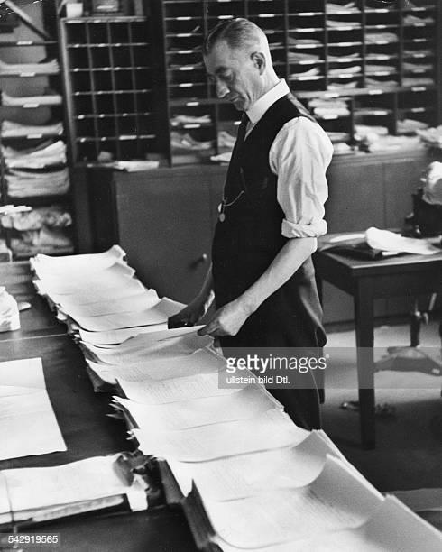 Nachrichtenagentur Reuters London Mitarbeiter im Verteilerraum um 1940Foto Kurt Hübschmann