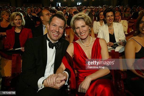 """Nachrichtensprecher Peter Kloeppel Mit Ehefrau Carol Bei Der Verleihung Des """"Bayerischen Fernsehpreis"""" Im Münchener Prinzregententheater ."""