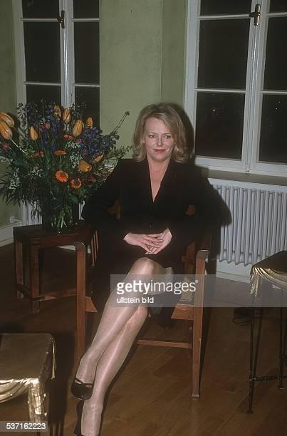 Nachrichtensprecherin Moderatorin Unternehmerin D sitzt mit übereinander geschlagenen Beinen in einem Sessel Februar 2002