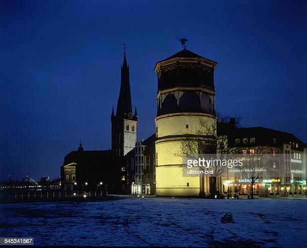 Nachtaufnahme mit Blick auf denBurgplatz mit LambertusKirche underleuchteten Schlossturm 1998