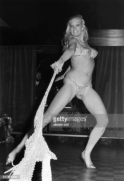 Nachtclub Red Rose im EuropaCenter junge Frau bei einer Striptease Show April 1970