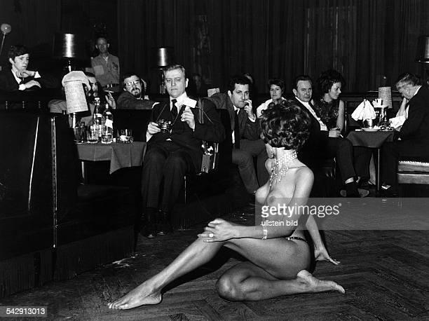 Nachtclub 'Red Rose' im EuropaCenter männliche Zuschauer bei einer Striptease Darbietung 1972
