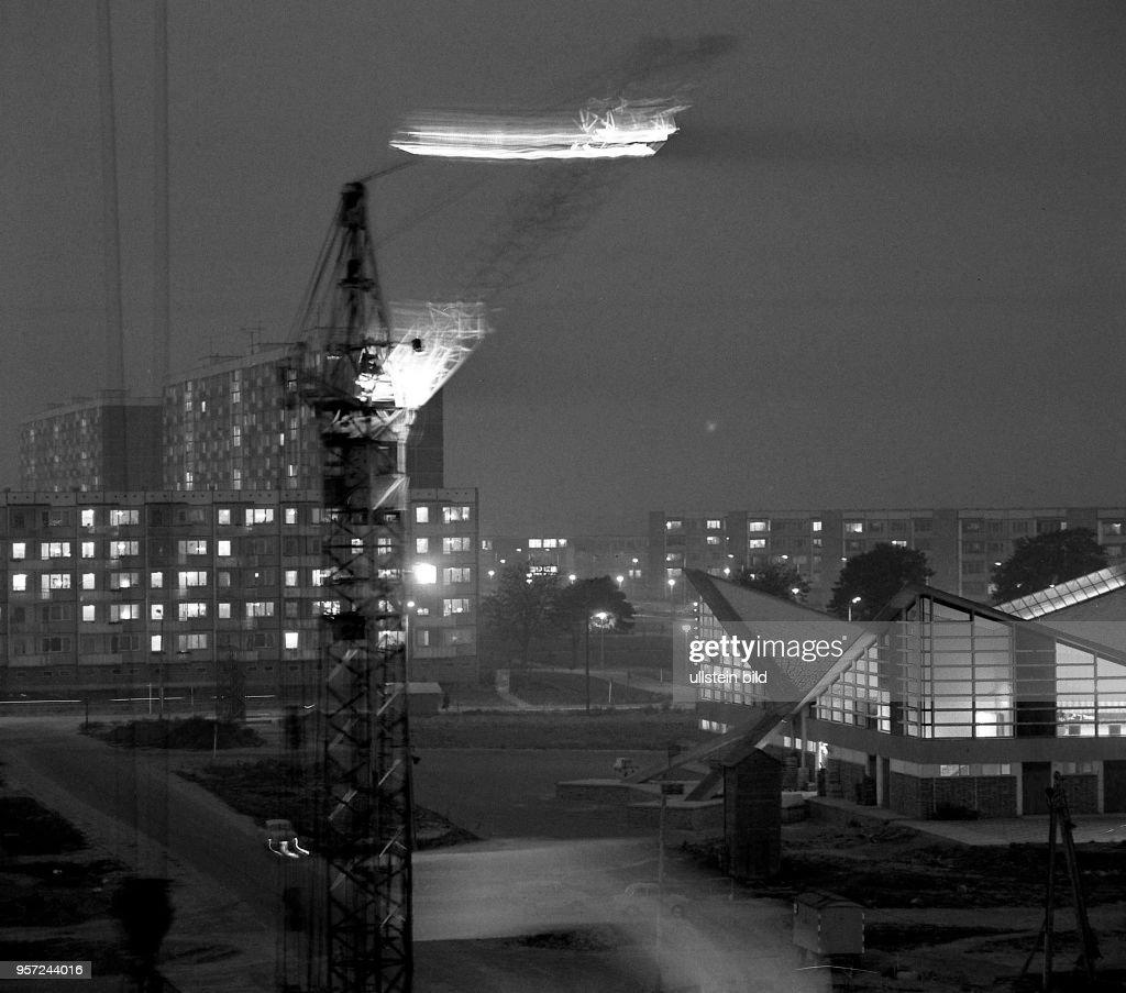 Nachtmontage Der Fünfgeschossigen Wohnhäuser Im Neubaugebiet Lütten Klein  Durch Das Rostocker Wohnungsbaukombinat Auf Der Rechten Seite