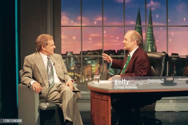 """Nachtshow mit Thomas Koschwitz - Der Moderator Thomas Koschwitz mit seinen Gästen - den """"Dallas""""-Stars Ken Kercheval und Charlene Tilton ."""