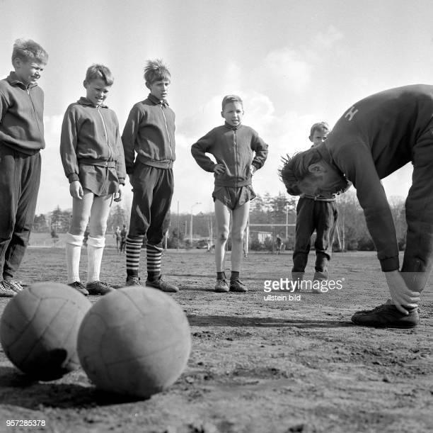 Nachwuchsarbeit beim DDRFußballoberligisten FC Hansa Rostock im April 1969 am heimischen Ostseestadion Trainer Horst Brettschneider macht eine...