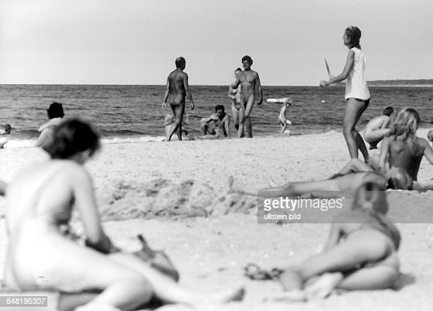 Nacktbaden am Strand auf Rügen bei Juliusruh August 1993