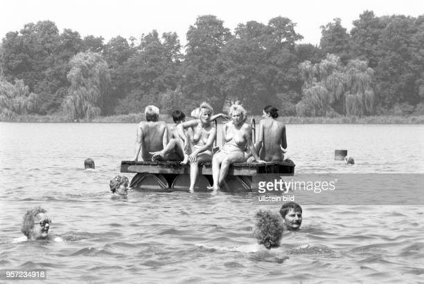 Nacktbaden im See Am Zeesener See in SenzigWaldesruh liegt versteckt in waldreicher Gegend das über 60 Jahre alte Paradies der Nackten der FKKFreunde...