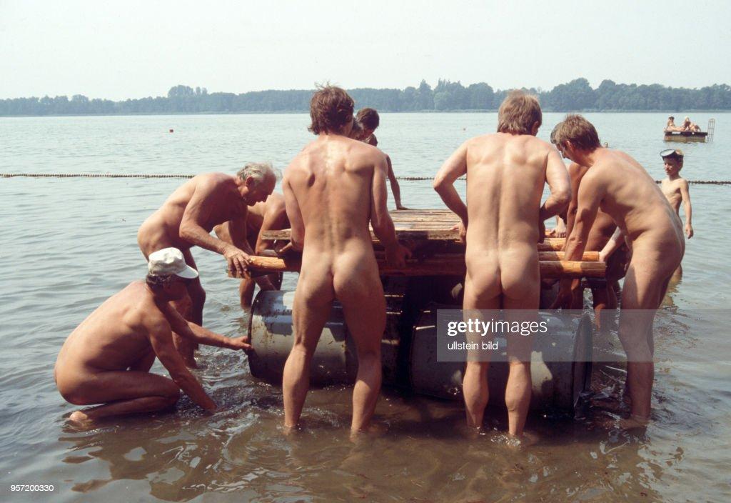 männer nackt im see