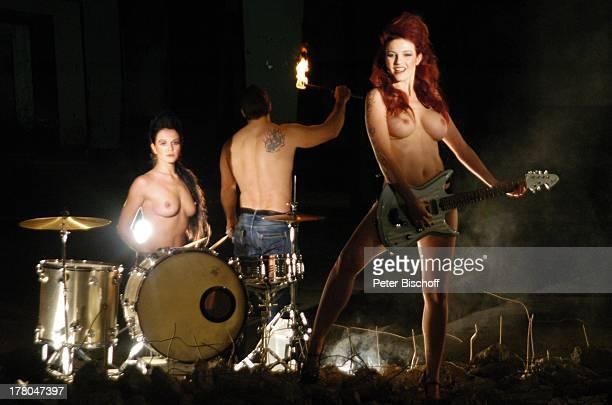 NacktModels Daniela Wolf Elena Schwarz und Feuerschlucker Michael Produktion für Foto aus SWAktKalender tonArt 60 x 70 cm 250 Gramm KunstdruckPapier...