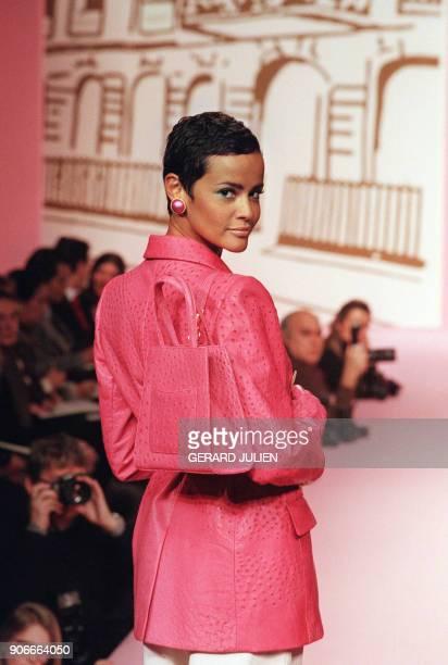 Nadege du Bospertus présente un blazer croisé en autruche fushia sac et gants assortis le 21 janvier 1996 à Paris dans le cadre de la collection...