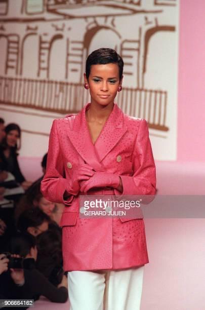 Nadège du Bospertus présente un blazer croisé en autruche fushia sac et gants assortis le 21 janvier 1996 à Paris dans le cadre de la collection...