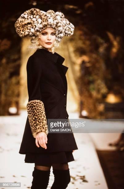 Nadja Auermann au défilé Valentino, Haute Couture, collection Automne-Hiver 1994-95 à Paris en juillet 1994, France.
