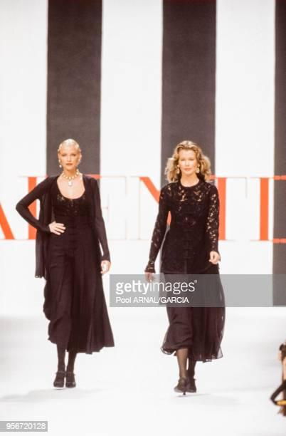 Nadja Auermann et Claudia Schiffer au défilé Valentino, Prêt-à-Porter, collection été 1994 à Paris en octobre 1993, France.