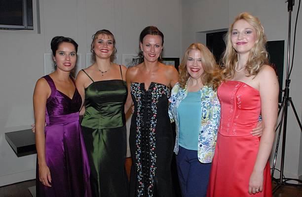 Nadja Stefanoff (1.te v. li.), Nadine Lehner (3.te v. li.) Chor ...