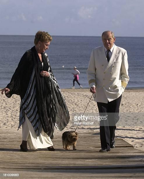 """Nadja Tiller, Ehemann Walter Giller, Norfolk-Terrier """"Mimsy"""" , Dreharbeiten zum ARD-TV-Film: """"Liebe wie am ersten Tag"""", Bansin/Usedom, , Seebad..."""