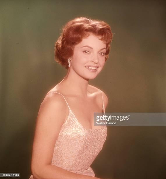 Nadja Tiller Portrait en studio de l'actrice Nadja TILLER souriante sur fond vert vêtue d'une robe brodée de teinte nacrée décolletée à fines...