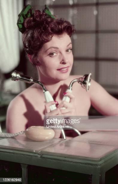 Nadja Tiller österreichische Schauspielerin in der Badewanne Deutschland 1959 Austrian actress Nadja Tiller in a bathtub Germany 1959