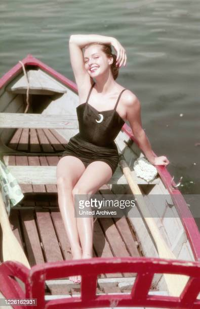 Nadja Tiller österreichische Schauspielerin in einem Boot auf einem Badesee Deutschland 1957 Austrian actress Nadja Tiller in a boat on a lake...