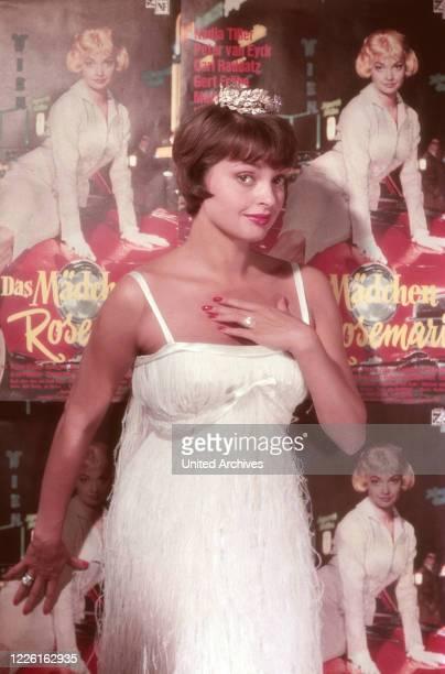 """Nadja Tiller, österreichische Schauspielerin, vor dem Plakat zu ihrem Film """"Das Mädchen Rosemarie"""", Deutschland 1958. Austrian actress Nadja Tiller..."""