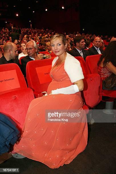 Nadja Uhl In Einem Rena Lange Kleid Bei Der Verleihung Der First Steps Awards Im Theater Am Potsdamer Platz In Berlin Am 220806