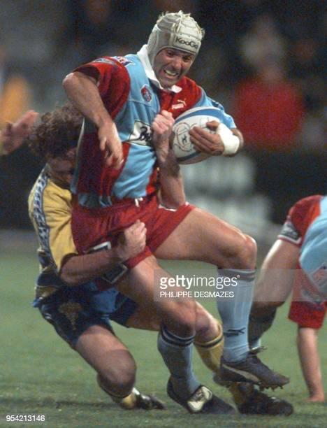 Nagel Geany l'arrière Berjallien est plaqué par un joueur de Montferrand le 19 mars1999 au stade Pierre Rajon à BourgoinJallieu lors de la rencontre...