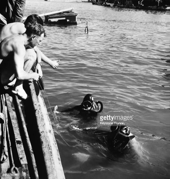 Nageurs français participant au dégagement des épaves qui obtruent le Canal de Suez à PortSaïd Egypte le 23 novembre 1956
