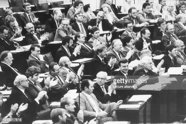 Nahezu vollständig waren die Abgeordneten des neunten Deutschen Bundestages zur Regierungserklärung von Bundeskanzler Schmidt am im Deutschen...
