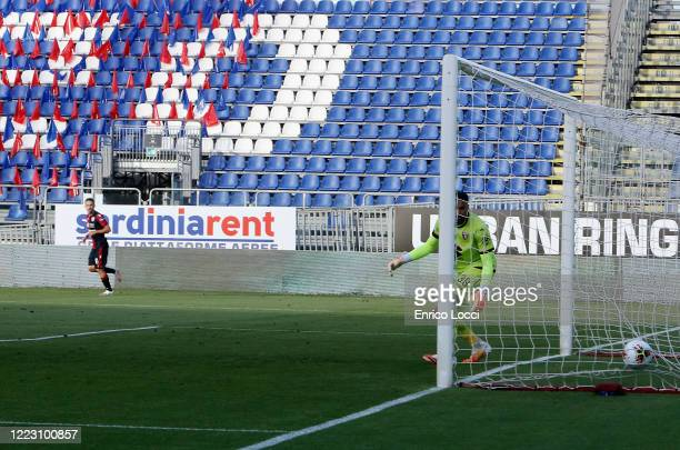 Nahitan Nandez of Cagliari scores his goal past goalkeeper Salvatore Sirigu of Torino during the Serie A match between Cagliari Calcio and Torino FC...
