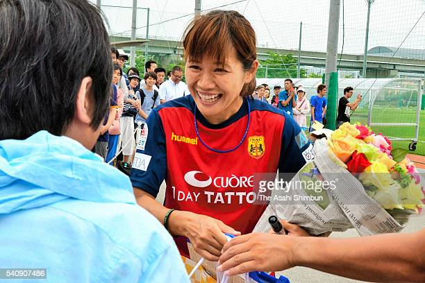 Nahomi Kawasumi of INAC Kobe Leonessa talks with supporters after a training on June 17 2016 in Kobe Hyogo Japan INAC Kobe Leonessa announced that...